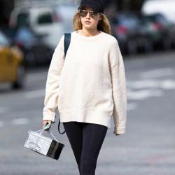 白色毛衣称霸金秋 时髦搭配不出错