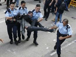 旺角巷战 警方用催泪弹清场