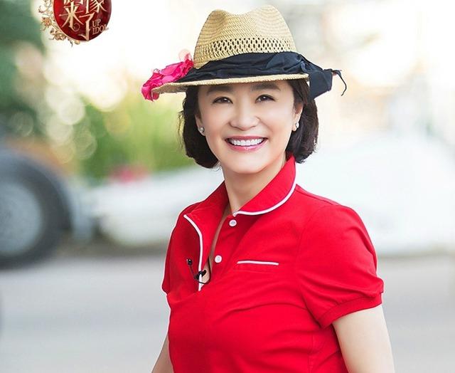 林青霞穿红色运动装神采奕奕