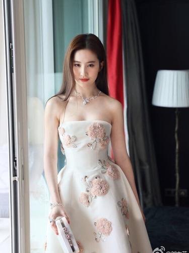 刘亦菲羽绒衣当裙穿