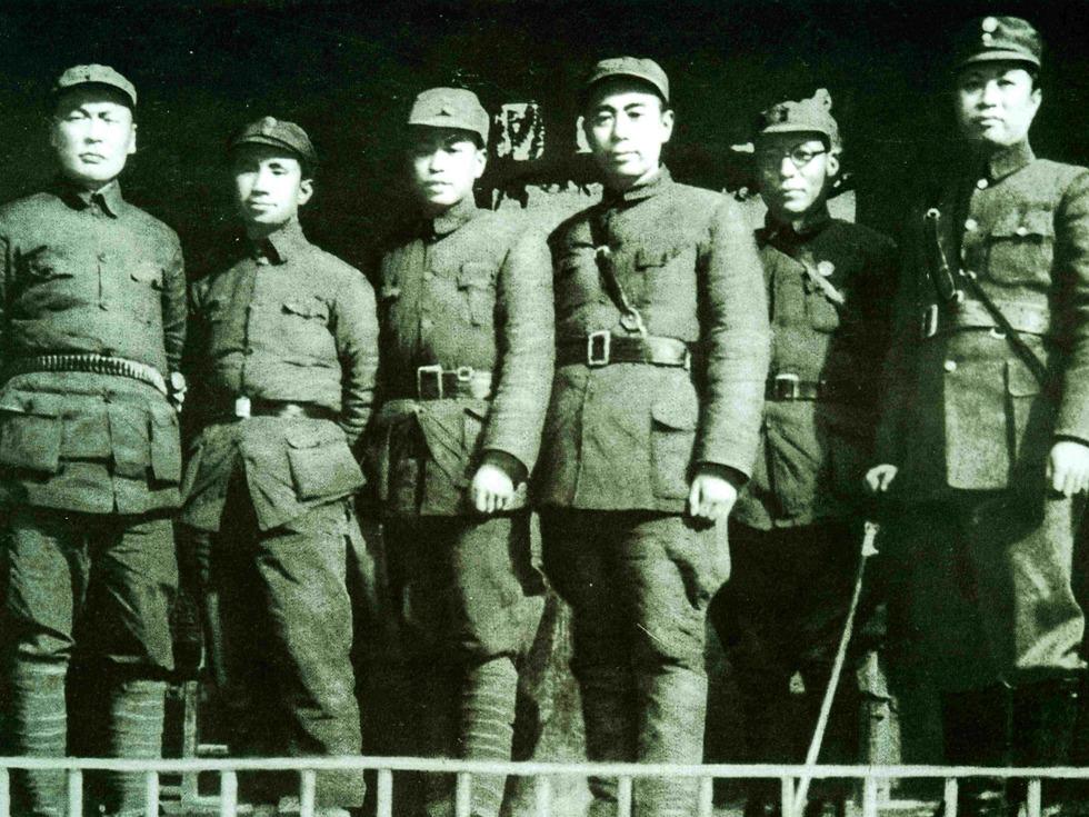 第三名:皖南事变。1941年1月,新四军军部及2个纵队奉命北上途中,在皖南地区遭国民党军7个师8万余人围攻,经10天战斗,全军9千余人除2千余人突围外,余全部阵亡或被俘。军长叶挺被俘,政委项英牺牲。图为1939年周恩来(左四)在皖南泾县新四军军部与新四军领导人叶挺(右一)、陈毅(左一)、栗裕(左二)等合影(图源:VCG)