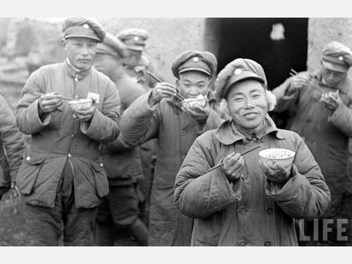 第七:第二次四平战役。第二次国共内战中,东北战场是国民党军另一个重兵集团,全部接受美式装备、训练,经历滇缅战场洗礼的中国远征军几乎原封不动地调往东北。与之相对的是,中共进入东北后军队迅速膨胀,人员众多但却缺乏训练、成分复杂,仅极少数保留入关前编制的部队战斗力较强。1946年4月,国军新1、新6、71军等精锐10万人北上,东北民主联军主力在四平设防。东北民主联军坚守一月,林彪下令后撤,长春也被放弃,一直撤到松花江北岸。国共隔江对峙。图为进入东北的国民党士兵(图源:LIFE公有领域)