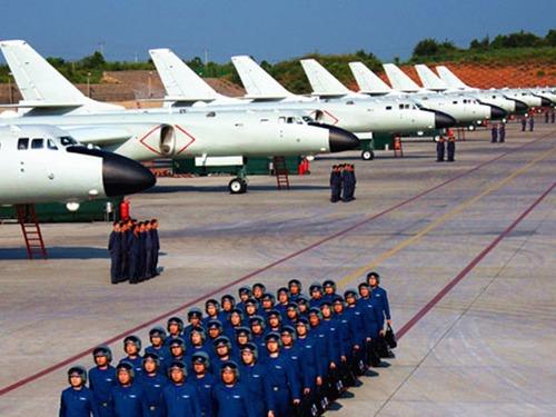 解放军大批轰6轰炸机集结新疆