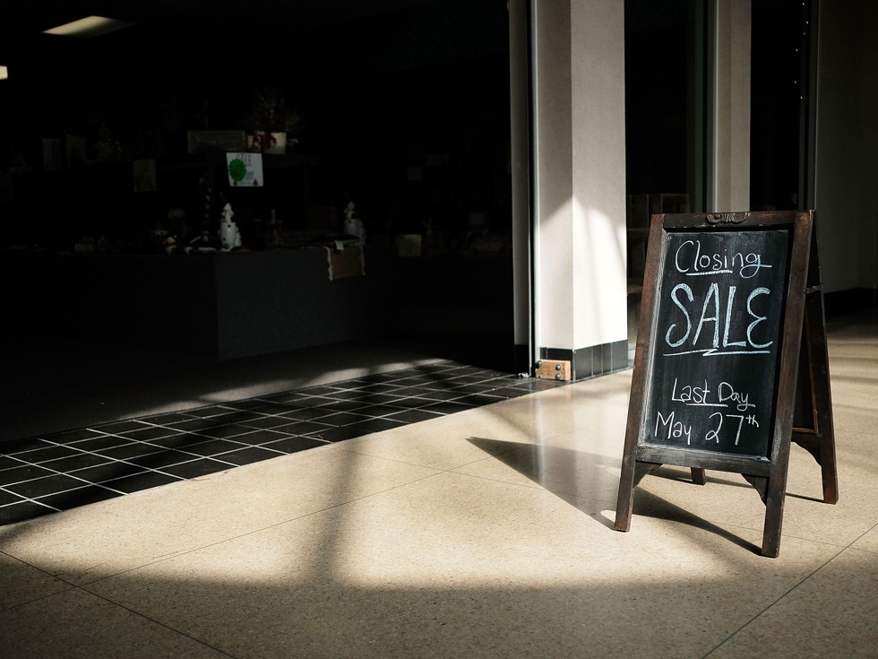相信很多人已经对越演越烈的美国实体零售业关店潮有所耳闻。2017年至今,美国已经有2880家零售商铺关闭,而在2016同一时段有1153家商店关闭。据数据推断,2017年全年,美国大约会有8640家店铺关闭。这将比2008年美国经济衰退时期的峰值6200家还多,这是多年来美国史上最大的实体零售关店潮。不只是关店,在今年前4个月,在美国申请破产保护的零售企业数量就超过了2016年全年。(图源:VCG)