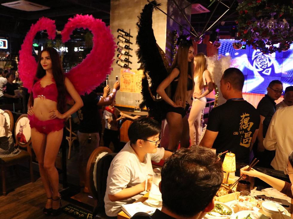 """餐厅开业上演外藉超模维密秀,让食客们享受真正的""""秀色可餐""""。(图源:VCG)"""