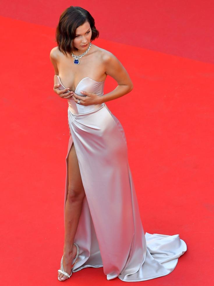 贝拉·哈迪德选择了一件低胸、高开衩设计的礼服,红毯上她不时调整角度拍照。(图源:VCG)