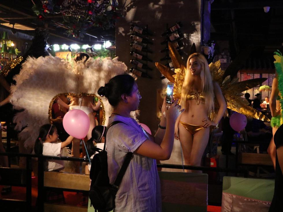 湖北宜昌一餐厅开业,上演了精彩的维密秀。(图源:VCG)