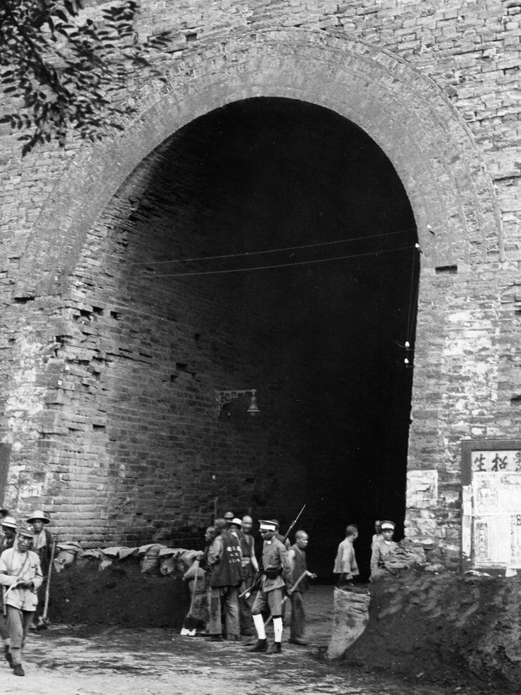 北平某个城门下的中国军队防御工事。(图源:VCG)