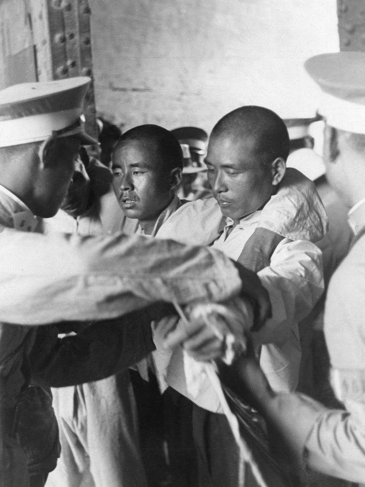 受伤的士兵。这两个士兵从南苑军营回城,在城门口接受守门士兵检查。(图源:VCG)