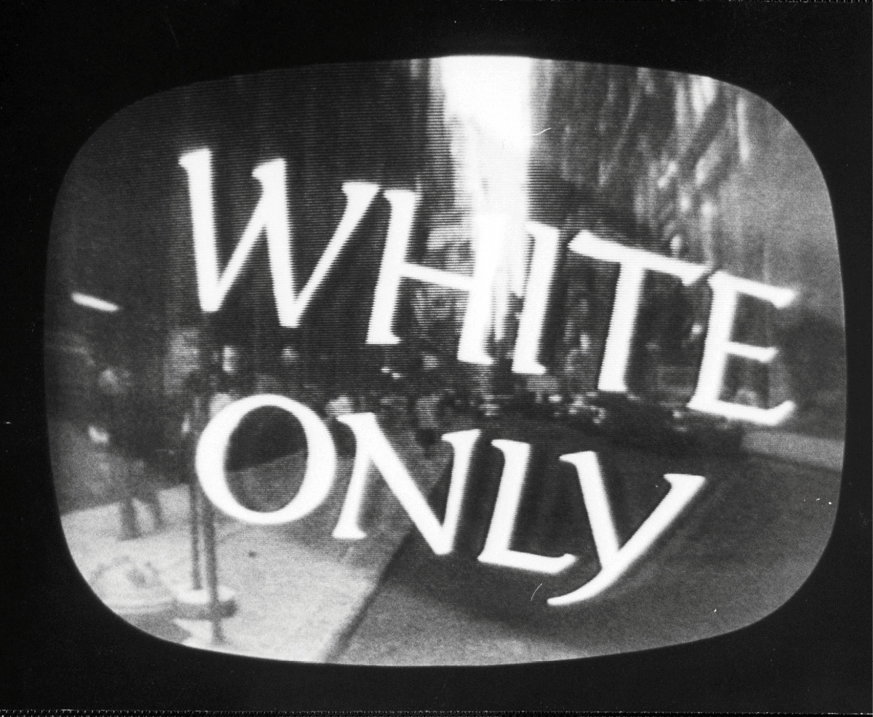 在世界进入大众传播时代后,对立政权之间的 意识形态战相当频繁。图为冷战时期苏联电视 节目对美国种族主义的攻击。